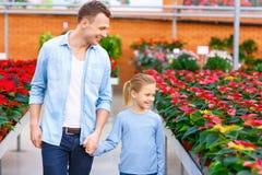 Fader och hans dotter som går ner Arkivfoton