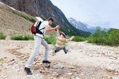 Fader och hans fotvandra för son Arkivbilder