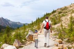 Fader och hans gå för son Fotografering för Bildbyråer