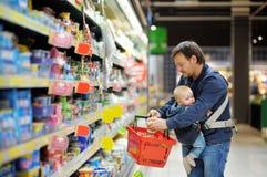 Fader och hans son på supermarket Royaltyfria Bilder