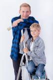Fader och hans son under husrenovering Fotografering för Bildbyråer