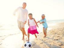 Fader och hans ungar som spelar fotboll tillsammans Royaltyfria Bilder