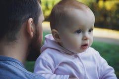 Fader och liten dotter utomhus Royaltyfria Bilder