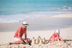 Fader och liten unge som tycker om tropisk semester för strandsommar Royaltyfri Foto