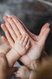 Fader och moder som rymmer den nyfödda ungen Arkivbild