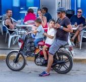 Fader och söner på mopeden Royaltyfri Foto