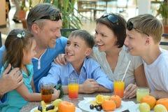 Fader och söner som har frukosten Royaltyfria Foton