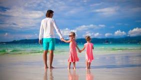 Fader och små flickor tillsammans under tropiskt Arkivfoto