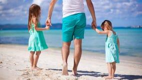 Fader och små flickor tillsammans under tropiskt Arkivfoton