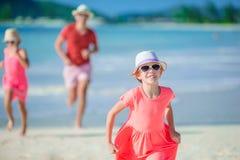 Fader och små ungar som tycker om tropisk semester för strandsommar Fotografering för Bildbyråer