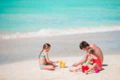 Fader och små ungar som tycker om tropisk semester för strandsommar Royaltyfria Foton