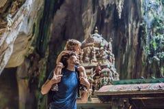 Fader och son i bakgrunden av Batu grottor, nära Kuala Lumpu fotografering för bildbyråer