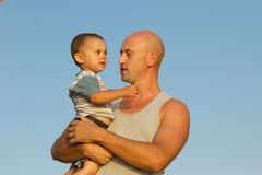 Fader och son i blå himmel Arkivfoto