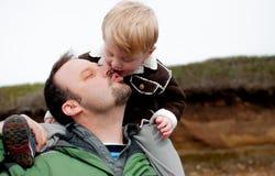 Fadern och sonen delar en kyss Arkivfoton