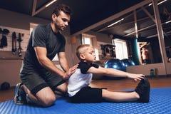 Fader och son i idrottshallen Fadern och sonen spenderar tid tillsammans och leder en sund livsstil fotografering för bildbyråer
