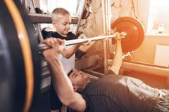 Fader och son i idrottshallen Fadern och sonen spenderar tid tillsammans och leder en sund livsstil royaltyfria foton