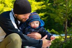 Fader och son i skog Arkivbilder