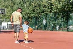 Fader och son i sommar arkivbild