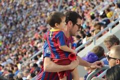 Fader och son i t-skjortor av Barcelona på stadion Arkivfoto