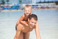 Fader och son i vattnet Royaltyfria Foton