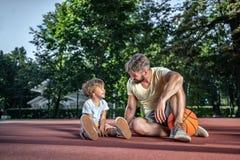 Fader och son med en boll arkivbilder