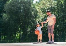 Fader och son med en boll royaltyfri fotografi