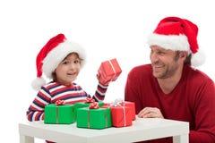 Fader och son med gåvaaskar Arkivfoton