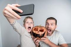 Fader och son med halloween pumpa Arkivbild
