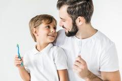 Fader och son med tandborstar Royaltyfri Bild