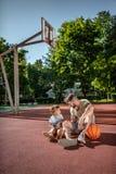 Fader och son nära huset arkivbilder