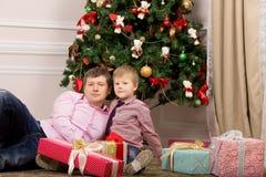 Fader och son nära trädet Jul Royaltyfri Foto