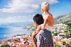 Fader och son på bakgrunder av den kroatiska seacoasten Royaltyfri Bild