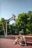 Fader och son på basketdomstolen royaltyfri fotografi