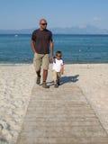 Fader och son på en gå Royaltyfri Foto