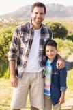 Fader och son på en vandring tillsammans arkivbild