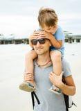 Fader och son på havet Arkivfoto