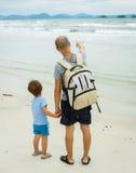 Fader och son på havet Royaltyfri Fotografi