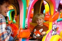 Fader och son på karnevalritt Arkivbilder