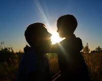 Fader och son på solnedgången Royaltyfri Fotografi