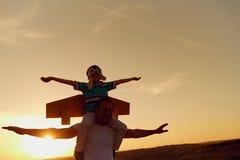 Fader och son på solnedgången i natur royaltyfria bilder