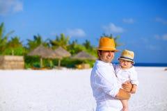 Fader och son på stranden Royaltyfri Bild
