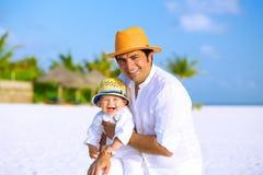 Fader och son på stranden Fotografering för Bildbyråer