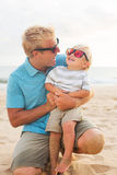 Fader och son på stranden Royaltyfria Bilder