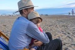 Fader och son på stranden Arkivfoton