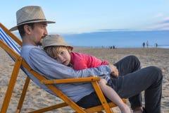 Fader och son på stranden Royaltyfri Fotografi