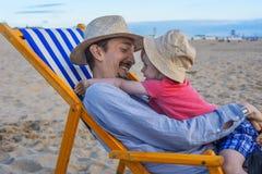 Fader och son på stranden Arkivbild