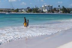 Fader och son på stranden Barbados Royaltyfri Foto