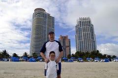 Fader och son på stranden, Miami Arkivbild