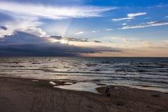 Fader och son på stranden, solnedgång över det baltiska polska havet royaltyfri foto