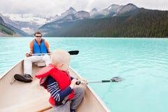 Fader och son på en lake Arkivfoton